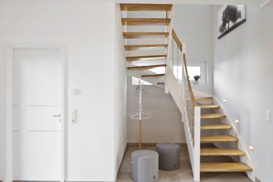 Holztreppe, weiße Wange